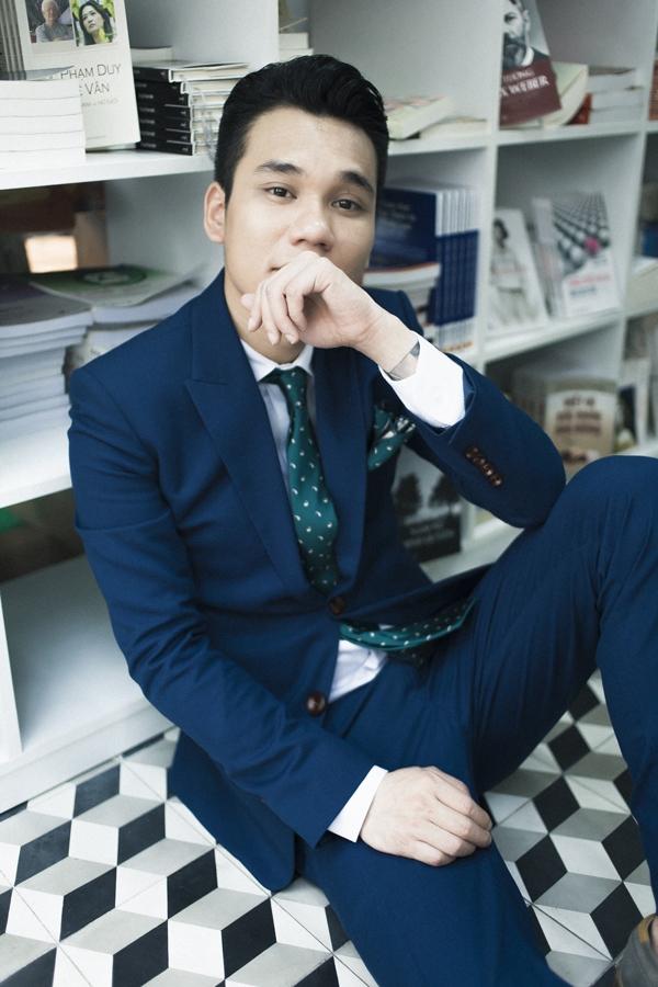 Lạnh lùng nhưng vẫn đầy cuốn hút là những gì mà mọi người nhìn thấy trong bộ ảnh mới của nam ca sĩ – nhạc sĩ Khắc Việt.