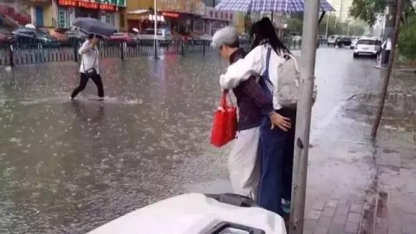 Khi đi qua đoạn đường ngập nước vì sợ cơ thể cô bé sẽ chịu không nổi nếu nhiễm nước nên ngườibà đã cõng cô bé.