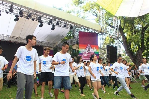 Các bạn trẻ nhảy Flashmob hướng tới thông điệp về sự tự do và cởi mở.