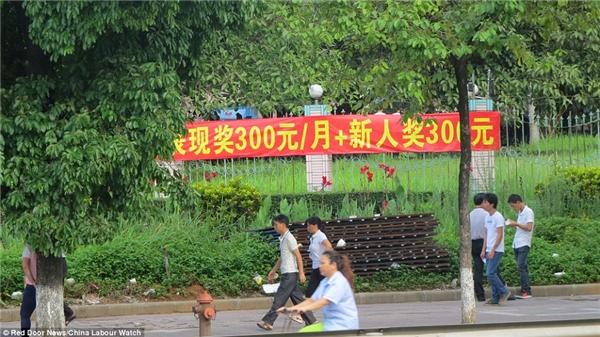 Một tấm biểu ngữ bên ngoài nhà máy thể hiện mong muốn tăng lương của những người công nhân tại đây.