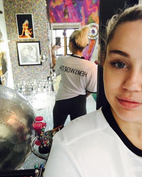 Công khai mặc áo Hemsworth, Miley phá vỡ tin đồn chia tay
