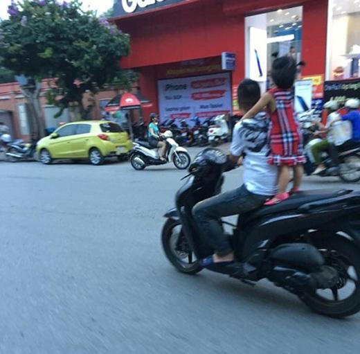 """Hành động """"diễn xiếc"""" trên đường Kim Mã (Hà Nội) khiến nhiều người ái ngại. Ảnh: Diễn đàn OF"""