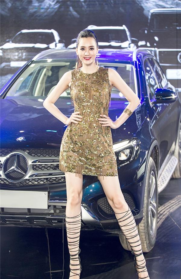 Hồng Nhung - Top 10 Hoa hậu Việt Nam 2008 rạng rỡ với trang phục đính kim sa lộng lẫy và bốt chiến binh.