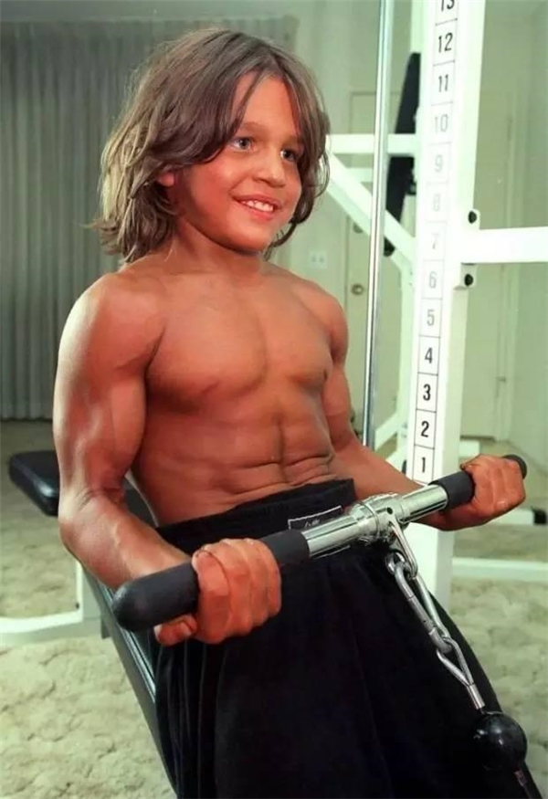 Cậu bé phải chống đẩy và gập bụng 600 lần mỗi ngày.