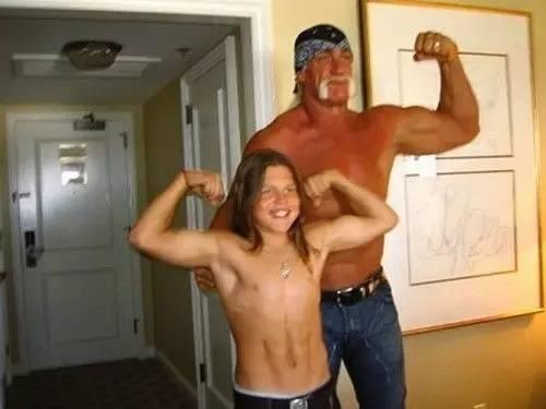 Ngay đến cả đô vật nổi tiếng người Mỹ Hulk Hogan cũng phải giật mình khi thấy cơ bắp của cậu bé.