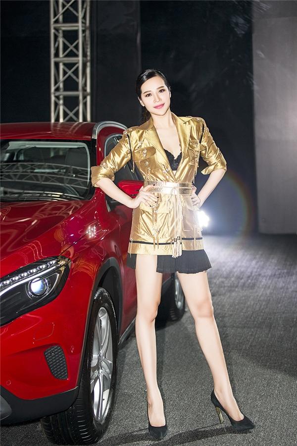 Hứa Tú Linh tự tin khoe dáng bên siêu xe.