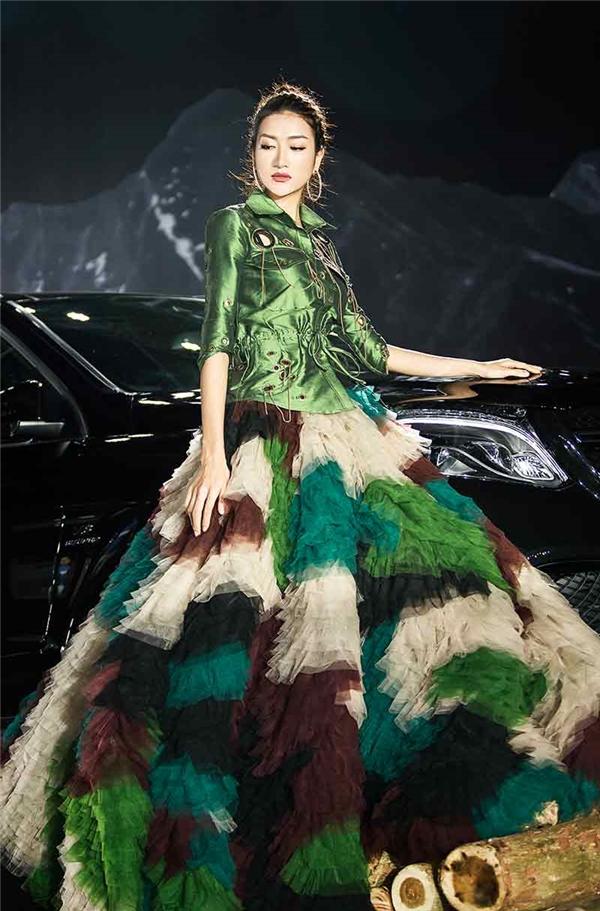 Kim Oanh lộng lẫy trong thiết kế váy xòe đa sắc.