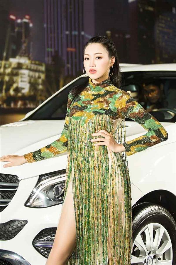 Thu Thủy kiêu kì trong thiết kế váy dài xẻ tà táo bạo.