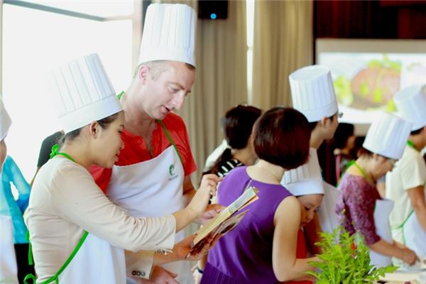 Đến với chương trình, không những khách trong nước tỏ ra thích thú với các món ngon thất truyền này, những vị khách ngoại quốc cũng trầm trồ khen ngợi.