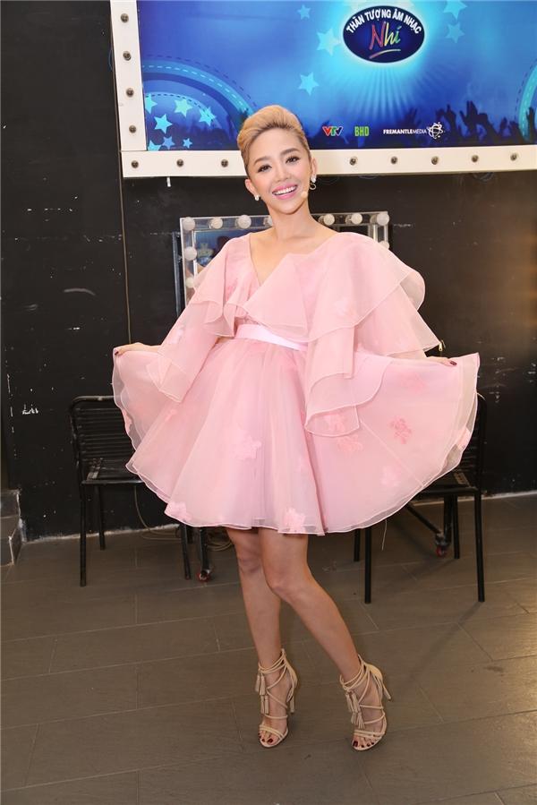 Tóc Tiên nhí nhảnh, trẻ trung trong chiếc váy xoè màu hồng phấn. - Tin sao Viet - Tin tuc sao Viet - Scandal sao Viet - Tin tuc cua Sao - Tin cua Sao