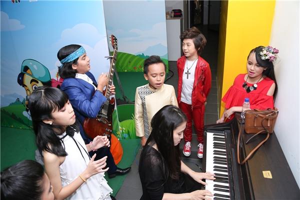 Các bé tranh thủ ôn bài trước khi lên sân khấu - Tin sao Viet - Tin tuc sao Viet - Scandal sao Viet - Tin tuc cua Sao - Tin cua Sao