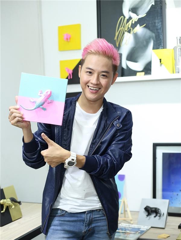 Thanh Duy cũng bày tỏ niềm vui sướng và thích thú với món quà ý nghĩa mà Dustin Nguyễn đã chuẩn bị riêng cho mình.