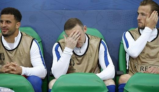 Rooney không thoải mái trên băng ghế dự bị.