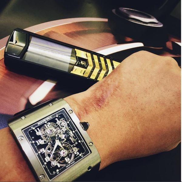 Chiếc đồng hồ này thoạt nhìn khá đơn giản nhưng lại có giá khoảng hơn 4 tỉ đồng (với phiên bản không đính kim cương) và hàng chục tỉ với thiết kế có sử dụng kim cương đính kết.