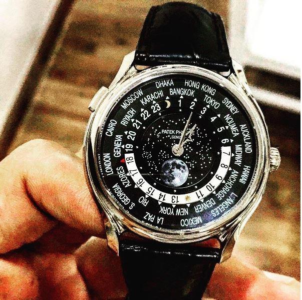 Hai chiếc đồng hồ có giá gần ngang nhau: khoảng hơn 4 tỉ đồng.