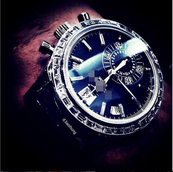 2,5 tỉ là số tiền mà bạn trai Tú Anh phải chi để sở hữu thiết kế màu bạc ánh xanh này.