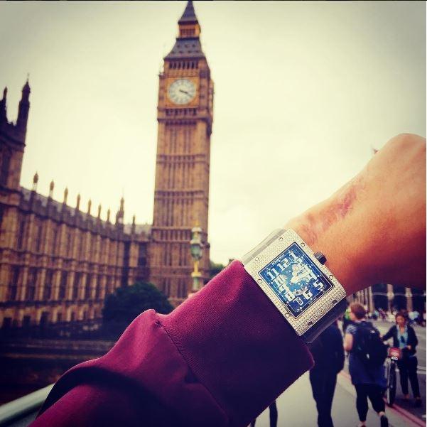 Chiếc đồng hồ dây da, mặt chữ nhật được bạn trai Tú Anh rất yêu thích và mang trong nhiều dịp.