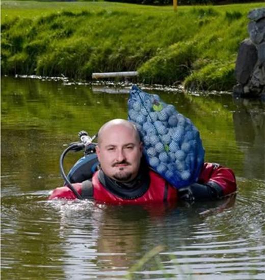 Mỗi ngày, những người vớt bóng golf phải lặn xuống hồ vớt khoảng 4000 quả bóng. (Ảnh: Internet)