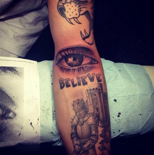 Ánh mắt của mẹ cũng được Justin xăm lên tay. (Ảnh: Internet)