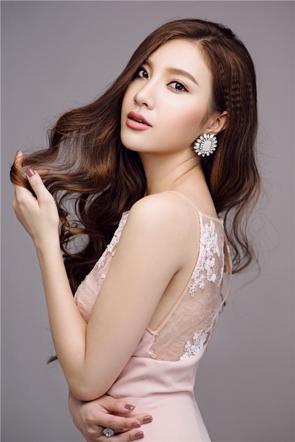 """Dưới sự chỉ bảo tận tình của ca sĩ Tuấn Hưng, Hạnh Sino ngày càng hoàn thiện hơn về mặt thanh nhạc cũng như vũ đạo, cô cho biết sẽ không ngừng cố gắng để không làm phụ lòng """"sư phụ"""""""
