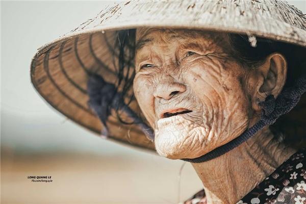 Ánh mắt đau buồn khi bà cụ kể về cuộc sống gia đình. (Ảnh: Lê Quang Long)