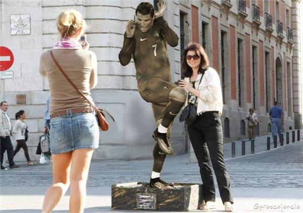 Bức tượng này không nên đặt ở quảng trường mà nên đặt ở bảo tàng chiến tranh.