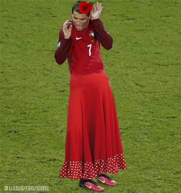 Hỡi cô váy đỏ điệu đà. Sao cô nỡ bứt hoa nhà người ta!