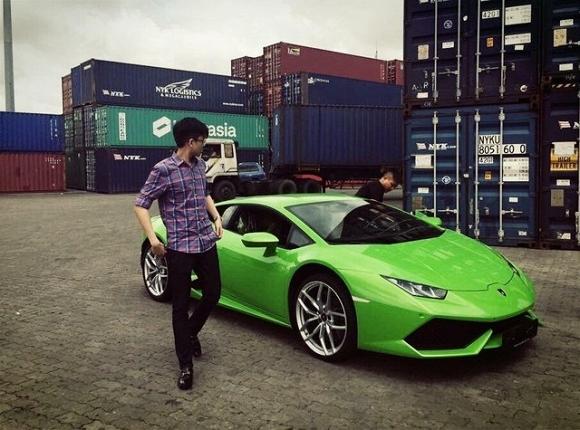 """Chiếc """"siêu bò"""" Lamborghini Huracan xanh cốm cũng từnglà món quà sinh nhật của thiếu gia này.(Ảnh FB nhân vật)"""
