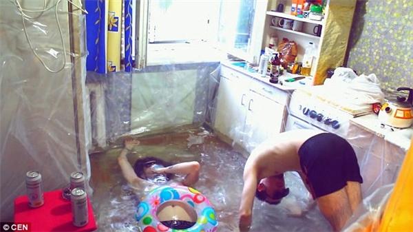 Cả hai vui đùa thoải mái như ở một hồ bơi thứ thiệt.(Ảnh: DailyMail)