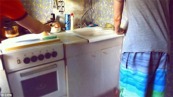 """Các """"thánh lầy"""" dán những tấm ni-lông lớn lên khắp sàn nhà và tường của phòng bếp để chống hư hại do nước.(Ảnh: DailyMail)"""
