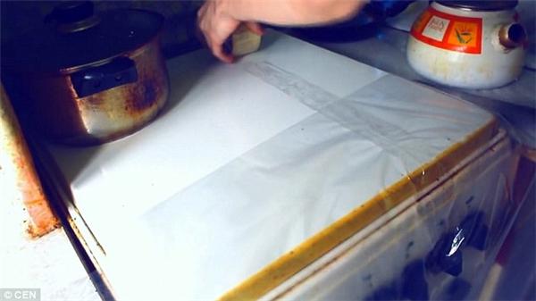 Những vật dụng trong nhà bếp được lớp ni-lông bảo vệ và tất nhiên họ phải ngắt nguồn điện để bảo đảm an toàn.(Ảnh: DailyMail)