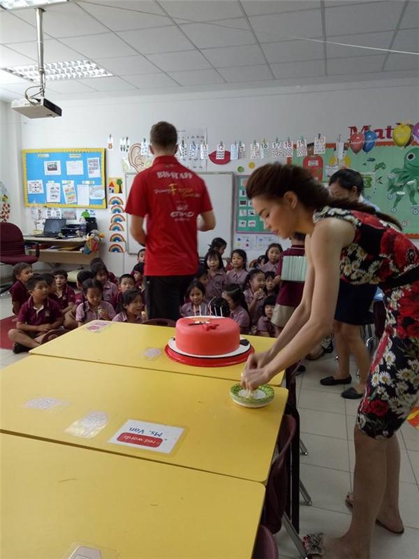 Hồ Ngọc Hà vừa có mặt tại trường của Subeo để tổ chức một bữa tiệc nhỏ chocon trai và bạn bè trong lớp. - Tin sao Viet - Tin tuc sao Viet - Scandal sao Viet - Tin tuc cua Sao - Tin cua Sao