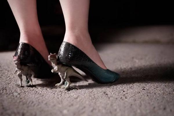 Nhà không có giày cao gót nên đành dùng tạm 2 em này. (Ảnh: Internet)