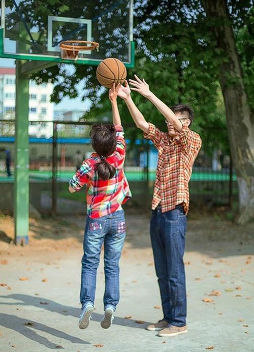 Con trai sẽ thấy mình mạnh mẽ bên cạnh một cô gái chân ngắn. (Ảnh: Internet)