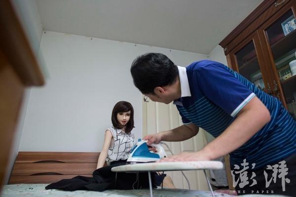 Anh chăm sóc bạn gái mình rất chu đáo, anh thậm chícòn ủiquần áo cho người phụ nữ của đời mình.