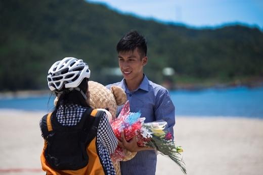Cô bạn vô cùng bất ngờ khi thấy Thanh đã chuẩn bị chu đáo để bày tỏ tình cảm với mình.