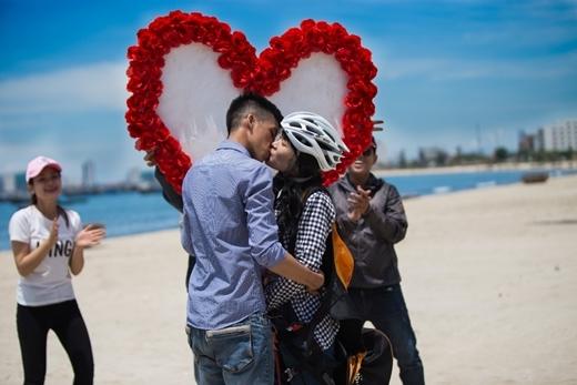 Và cặp đôi trao cho nhau nụ hôn nồng cháy.