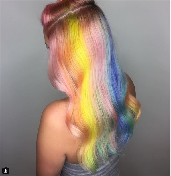 Một biến thế khác của tóc nhuộm cầu vồng với nhiều gam màu mới, nhẹ nhàng hơn.