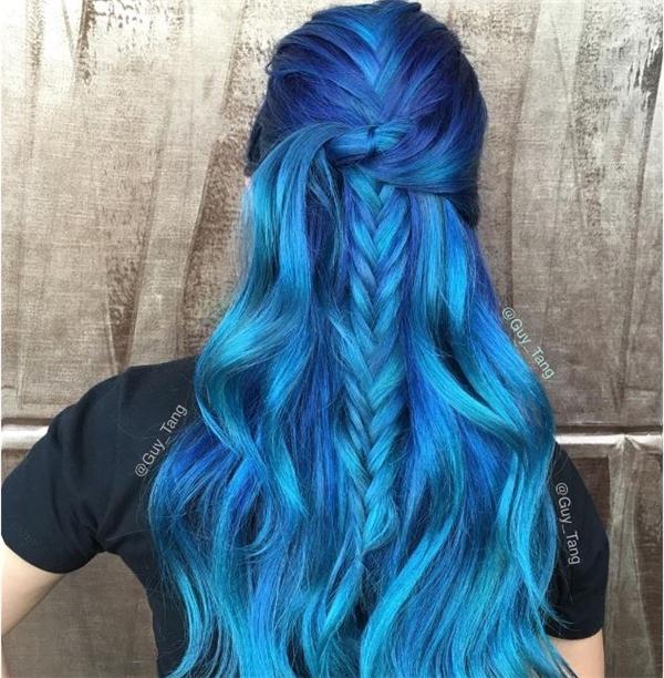 Sắc xanh biển, xanh trời hòa quyện vào nhau tạo nên những lớp phân tầng mềm mại.