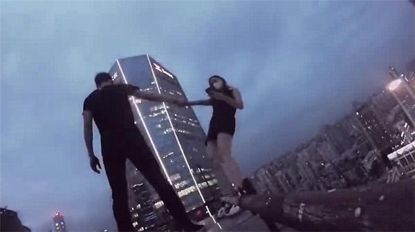 Thót tim khi giới trẻ liều mạng nhào lộn trên đỉnh tòa nhà chọc trời