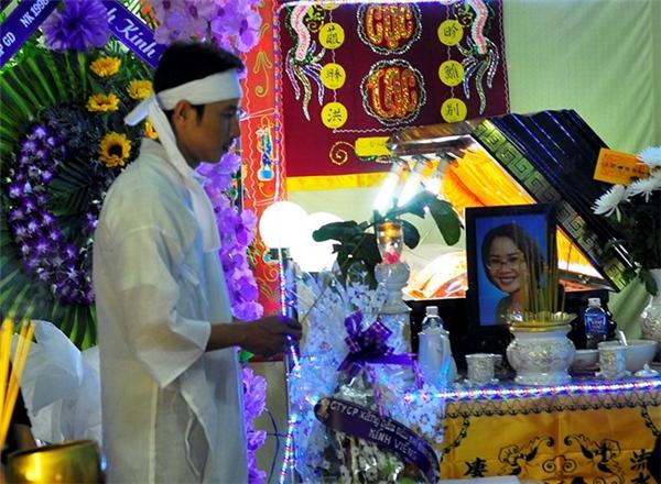 Anh Trần Ngọc Anh đau xót tổ chức đám tang cho vợ. Ảnh: Internet