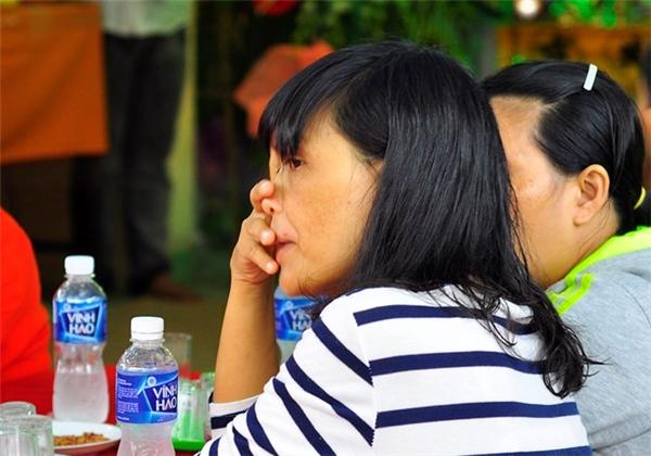 Đồng nghiệp của các cô giáo ngậm ngùi trong đám tang. Ảnh: Internet