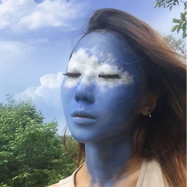 Khuôn mặt của nữ nghệ sĩ hòa quyện vào không gian mây trời.