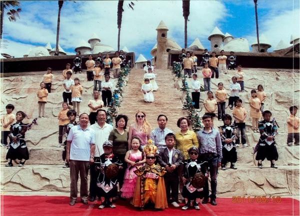 Nơi đây tập trung gần 100 người lùn từ khắp nơi ở Trung Quốc.