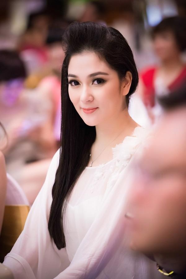 """Sau khi đăng quang, có rất nhiều cơ hội và con đường mở ra cho sự nghiệp của hoa hậu Nguyễn Thị Huyền nhưng cô vẫn quyết tâm theo đuổi nghiệp báo mà mình đã chọn và đam mê từ trước. Cũng chính vì thế mà người đẹp """"tài sắc vẹn toàn"""" này luôn được rất nhiều người mến mộ. (Ảnh: Internet)"""