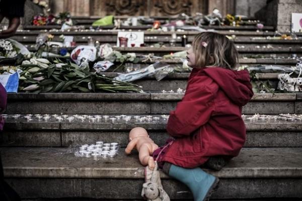 Nhiều em bé mồ côi sau những vụ khủng bố kinh hoàng tại Pháp.