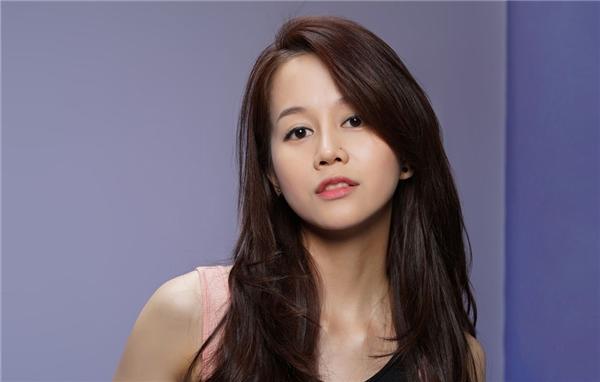 """An Nguy (Ngụy Thiên An) là thí sinh lớn tuổi nhất tại The Face Vietnam 2016. Cô sinh năm 1987 và là một Vlogger trước khi tham gia chương trình. Do chưa quen với máy ảnh, ánh sáng nên cô gái này luôn bị """"cứng đơ"""" trong các bức ảnh. Tuy nhiên, nguồn năng lượng mạnh mẽ và chí cầu tiến giúp An Nguy được lòng 2 huấn luyện viên Phạm Hương và Lan Khuê."""