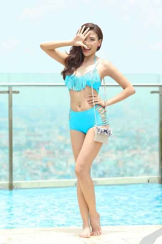 Với thân hình đồng hồ cát và làn da mịn màng, Thúy Diễm đã thu hút mọi ánh nhìn tại hồ bơi với bộ bikini xanh phối cùng với túi đeo năng động.