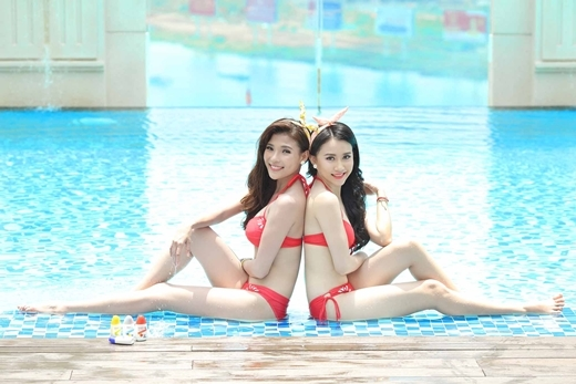 Hai cô nàng trong trang phục bikini đôi màu đỏ càng làm tôn lên làn da trắng mịn dưới ánh mặt trời.