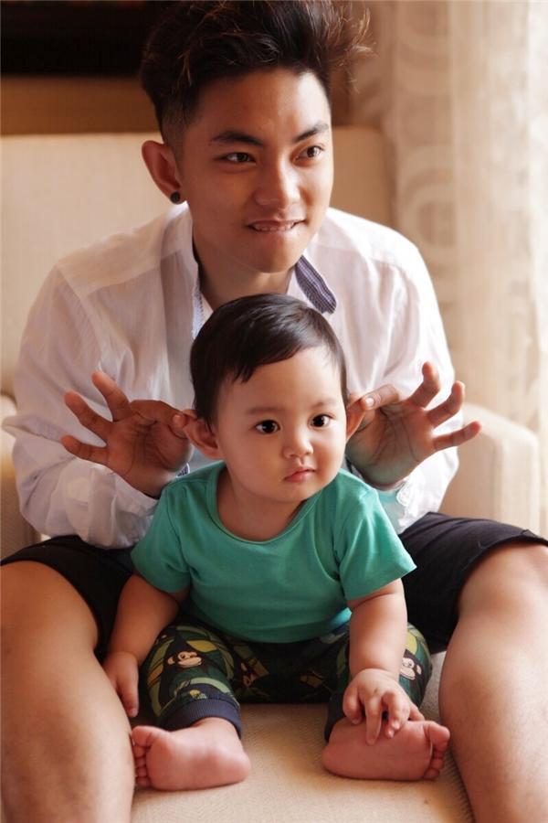 """Kubi và bố Phan Hiển giống nhau """"một khuôn"""" về ngoại hình, đặc biệt là ánh mắt và nụ cười. - Tin sao Viet - Tin tuc sao Viet - Scandal sao Viet - Tin tuc cua Sao - Tin cua Sao"""